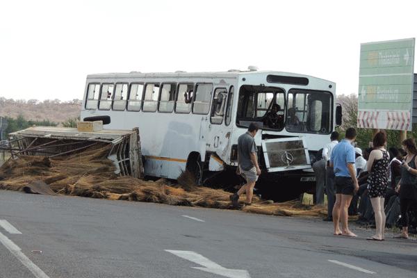 <p>Skoolbus ongeluk, 29 kinders beseer!</p>